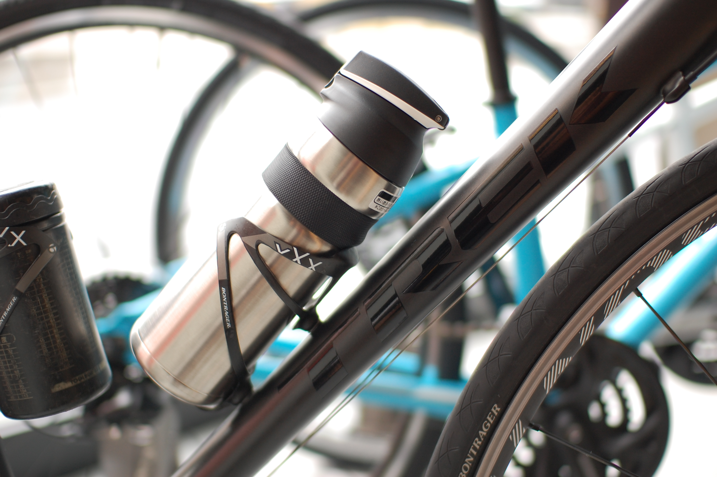 夏の灼熱ライドはコイツで切り抜けろ!ロードバイク・クロスバイク・マウンテンバイクにもバッチリ似合う最強の保冷ボトル!